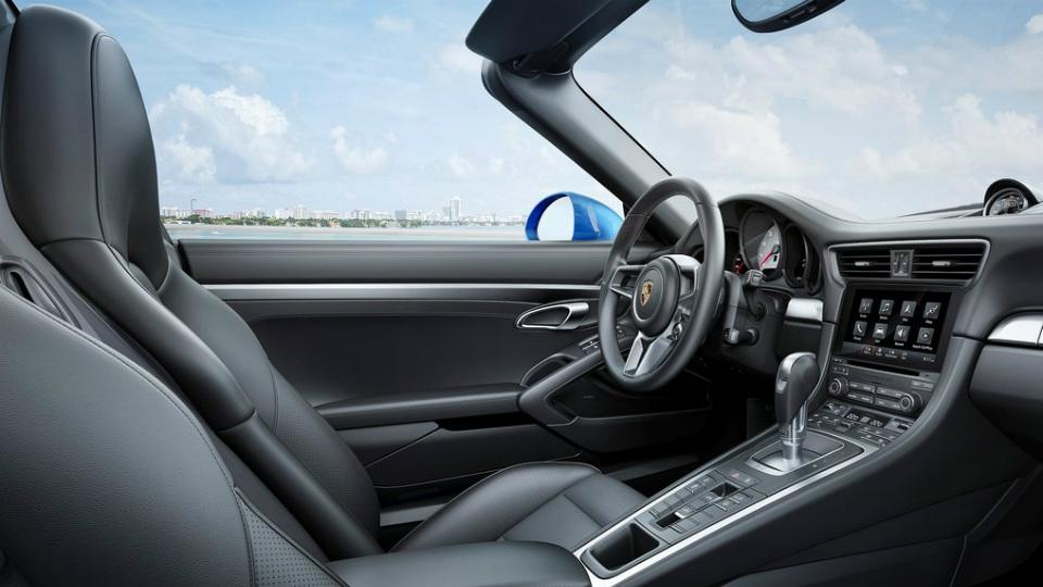 Дебютировали обновленные спорткары Porsche 911 Carrera 4 и Targa 4. Фото 2