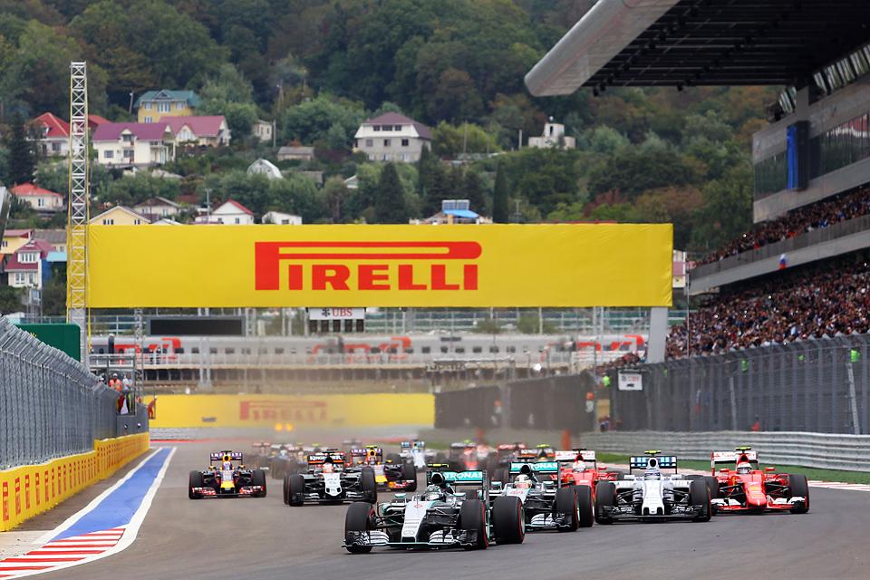 Команда Mercedes досрочно выиграла титул в Сочи. Фото 5