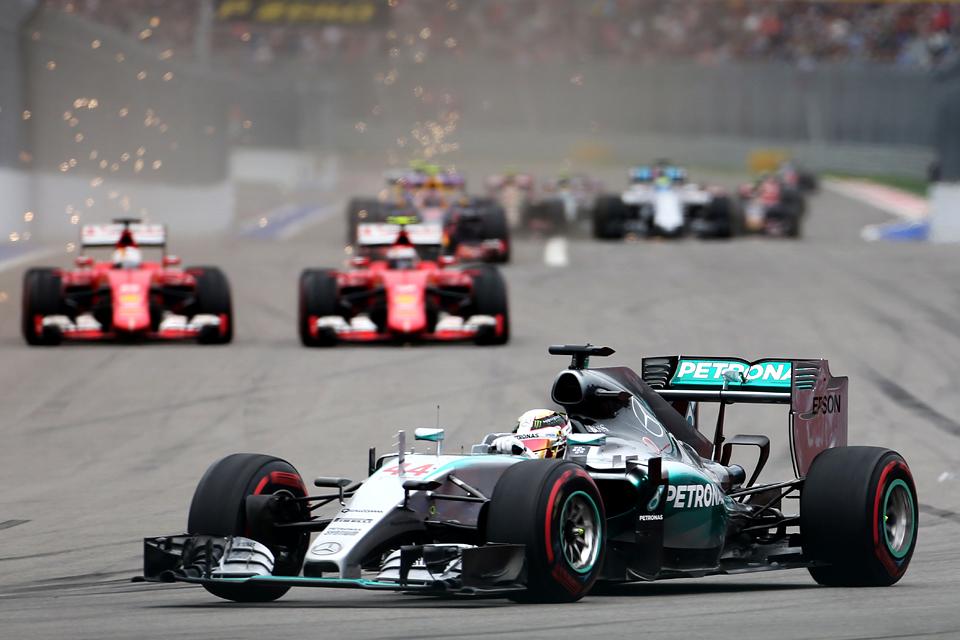 Команда Mercedes досрочно выиграла титул в Сочи. Фото 3