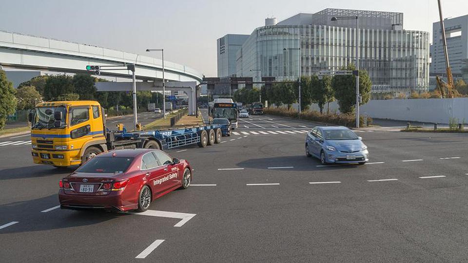 «Тойота» научила машины «общаться» с пешеходными переходами
