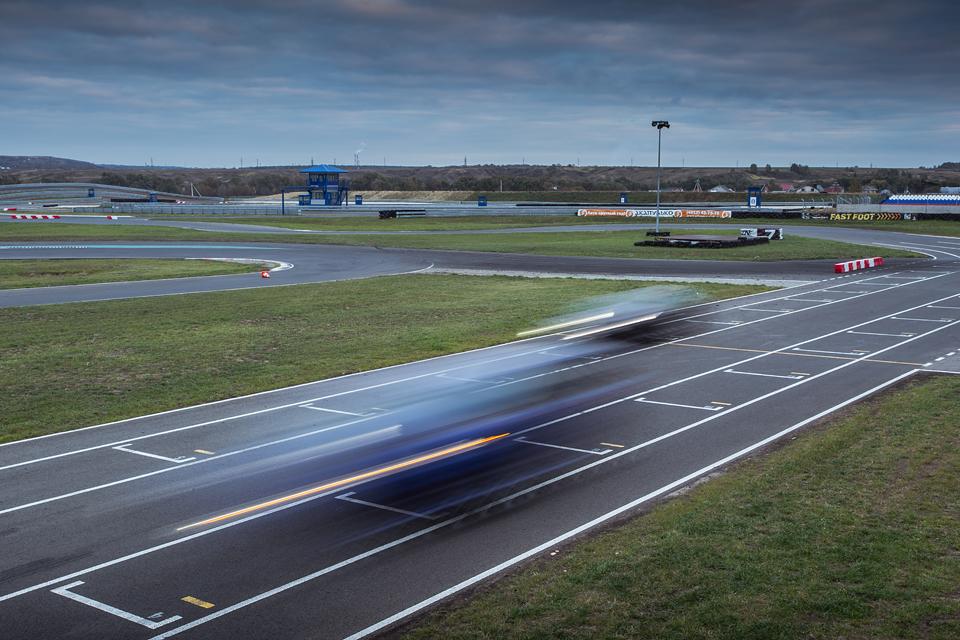 Jaguar F-Type R AWD против Range Rover Sport SVR в грязи и на асфальте. Фото 28