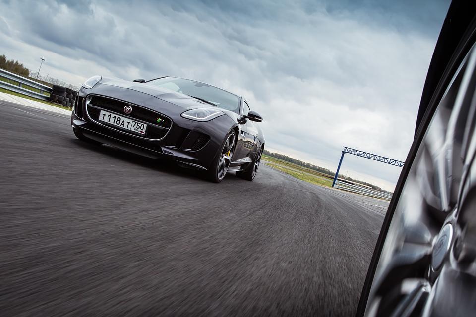 Jaguar F-Type R AWD против Range Rover Sport SVR в грязи и на асфальте. Фото 27
