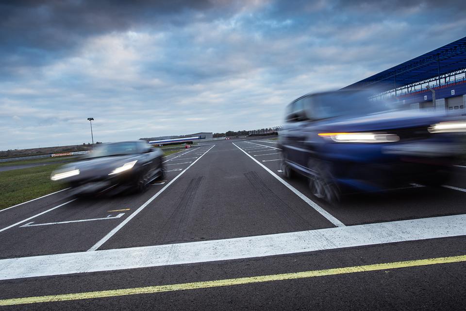 Jaguar F-Type R AWD против Range Rover Sport SVR в грязи и на асфальте. Фото 5