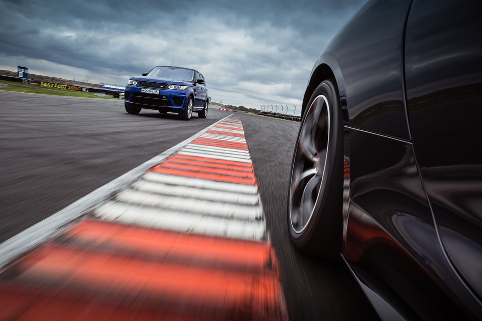 Jaguar F-Type R AWD против Range Rover Sport SVR в грязи и на асфальте. Фото 8