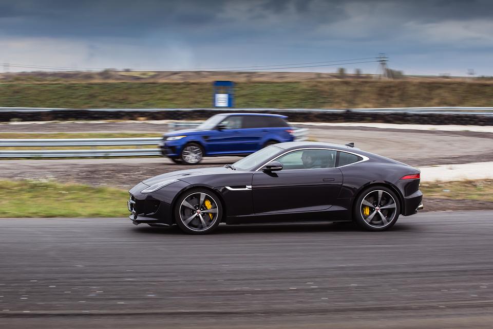 Jaguar F-Type R AWD против Range Rover Sport SVR в грязи и на асфальте. Фото 11