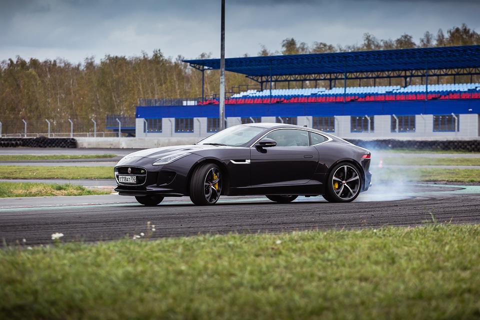 Jaguar F-Type R AWD против Range Rover Sport SVR в грязи и на асфальте. Фото 12