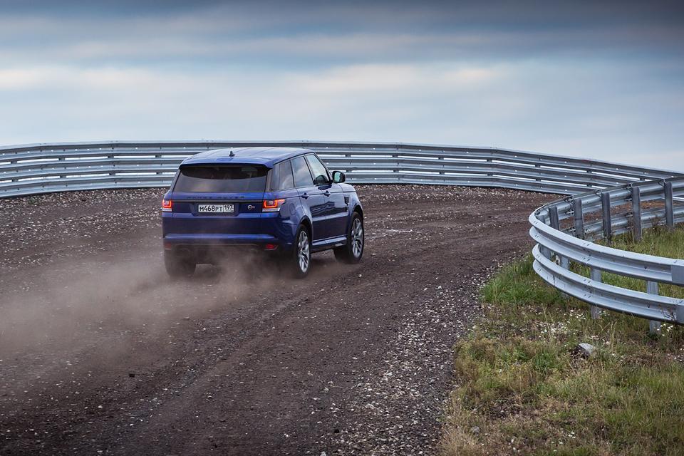 Jaguar F-Type R AWD против Range Rover Sport SVR в грязи и на асфальте. Фото 14