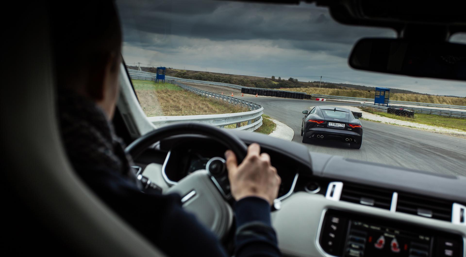 Jaguar F-Type R AWD против Range Rover Sport SVR в грязи и на асфальте. Фото 10