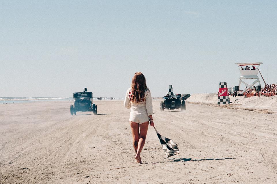 Борода, тату и хот-роды на пляже — выходные настоящих джентльменов. Фото 1