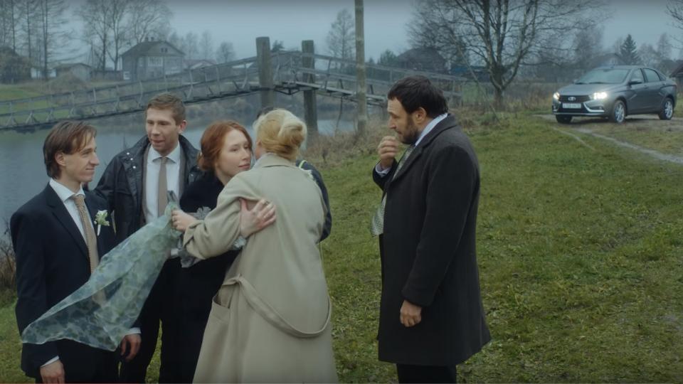 «АвтоВАЗ» показал в рекламе Lada Vesta лужу и свадьбу