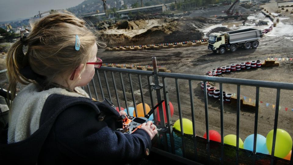 Volvo доверила четырехлетней девочке 18-тонный самосвал