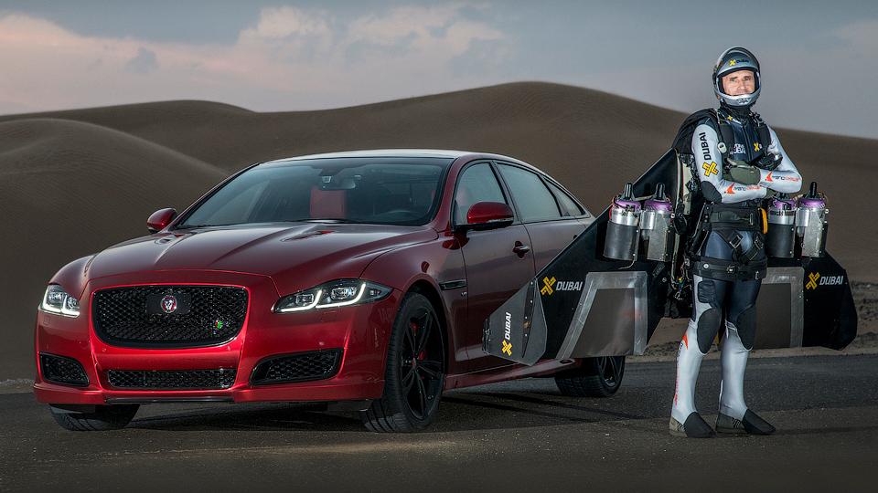 Jaguar устроил гонку 550-сильного седана и «реактивного человека»