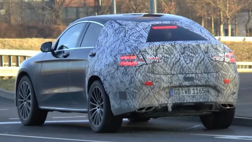 «Мерседес» вывел на тесты «подогретую» версию GLC Coupe