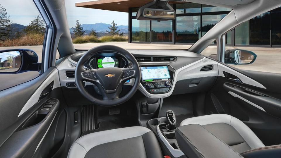 Хэтчбек Chevrolet Bolt проедет без подзарядки батарей до 320 километров . Фото 3