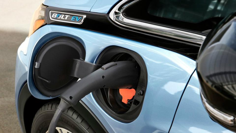 Хэтчбек Chevrolet Bolt проедет без подзарядки батарей до 320 километров . Фото 2