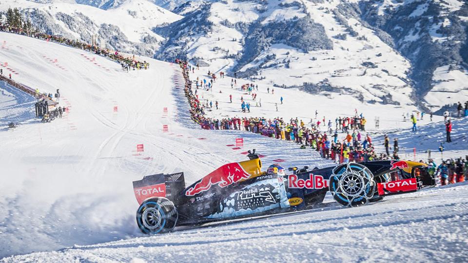 Болид Формулы-1 проехал по снегу с цепями на колесах