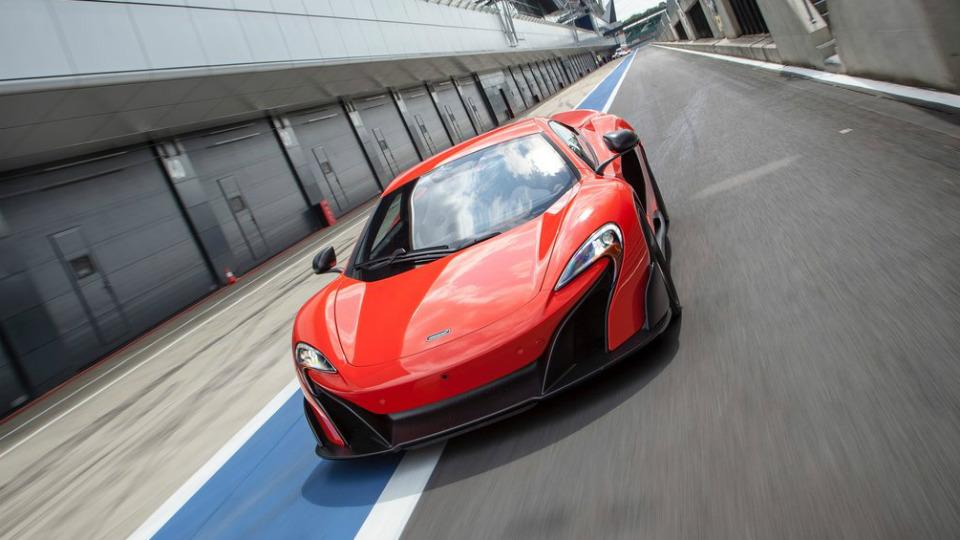 Суперкары McLaren научатся самостоятельно ездить по треку