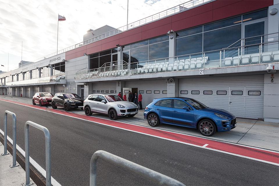 Насыщенный тест всех версий Porsche Macan и Cayenne в трех стихиях – на шоссе, треке и бездорожье. Фото 1