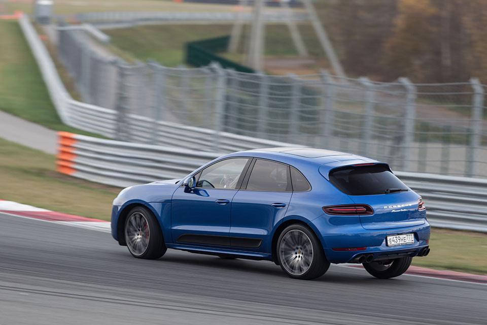 Насыщенный тест всех версий Porsche Macan и Cayenne в трех стихиях – на шоссе, треке и бездорожье. Фото 4
