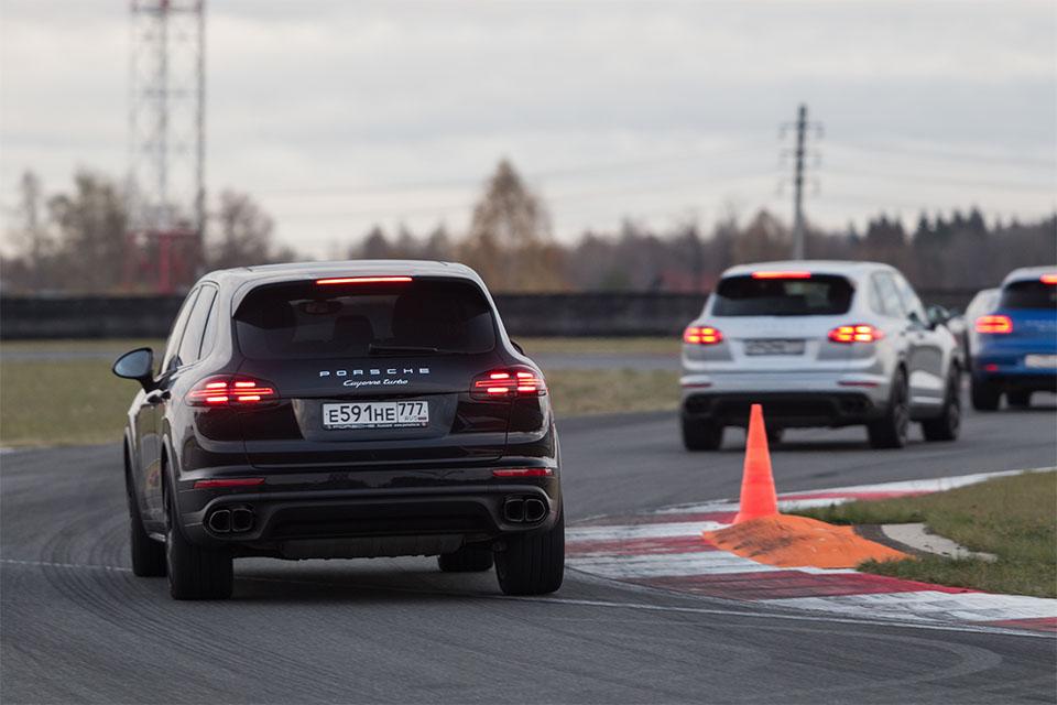 Насыщенный тест всех версий Porsche Macan и Cayenne в трех стихиях – на шоссе, треке и бездорожье. Фото 6