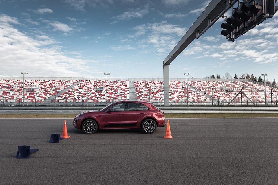 Насыщенный тест всех версий Porsche Macan и Cayenne в трех стихиях – на шоссе, треке и бездорожье. Фото 8