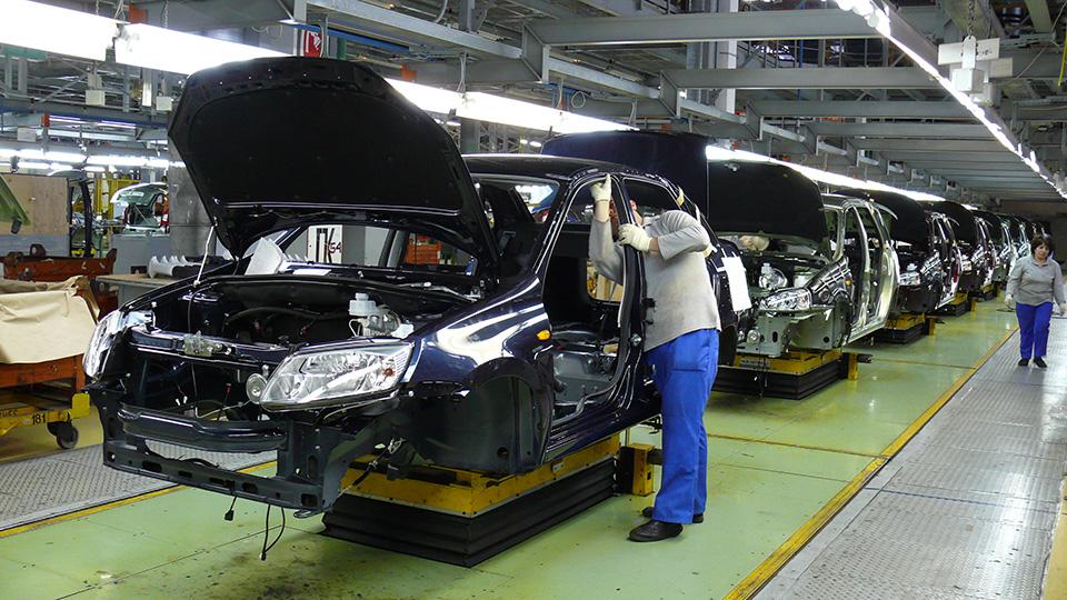 Выпуск машин в России сократился на треть