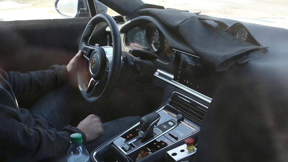 Шпионы сфотографировали интерьер нового Porsche Panamera
