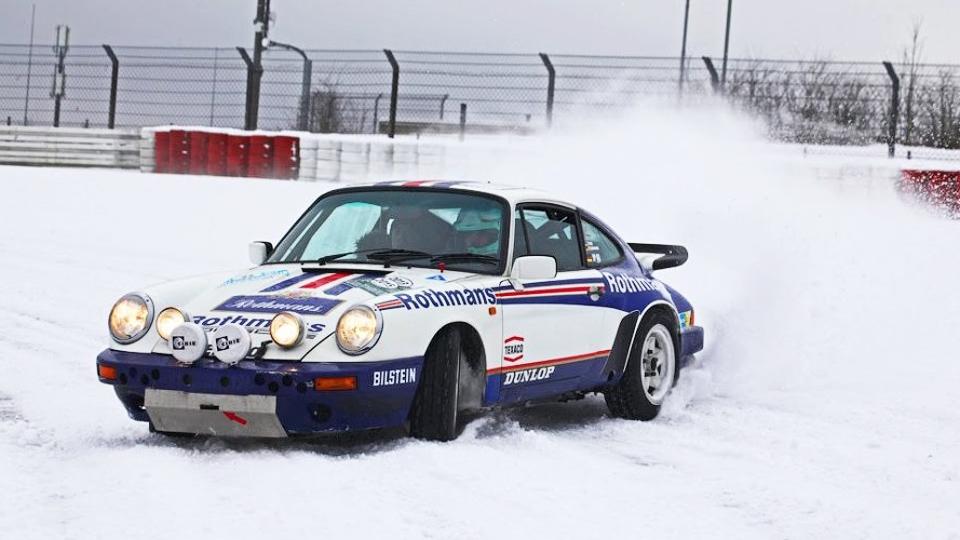 Классический Porsche проехал в дрифте по заснеженному Нюрбургрингу