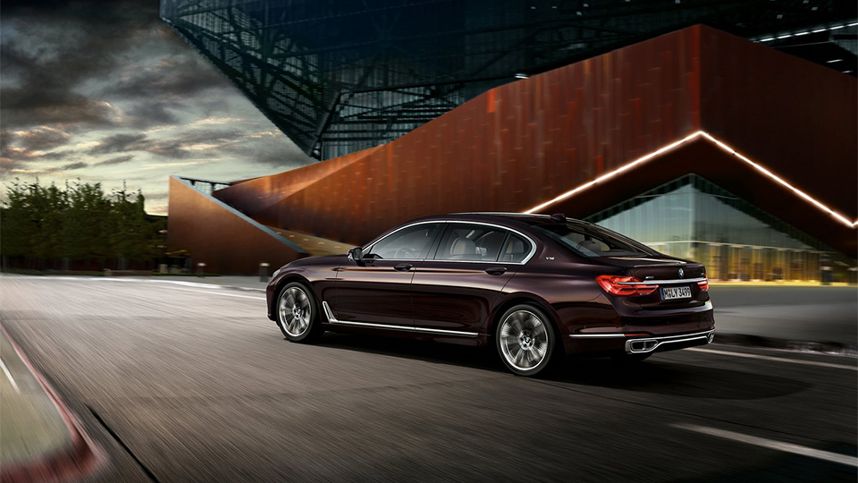 BMW M760Li разгоняется до «сотни» за 3,9 секунды. Фото 3