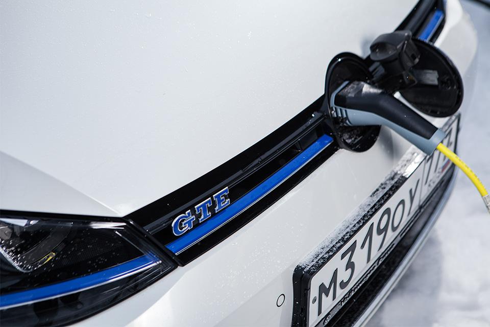 Гибридный хот-хэтч VW Golf GTE против обычного VW Golf GTI . Фото 5