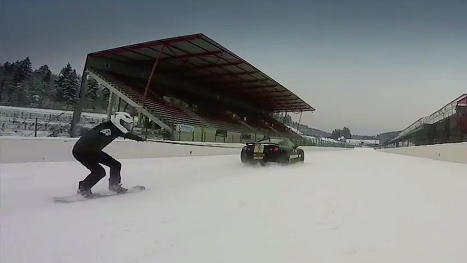 Cноубордист проехался по треку Спа-Франкоршам за Nissan GT-R