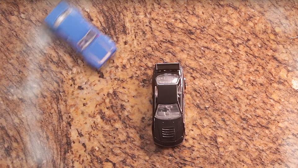 Игрушечные Ford и Nissan устроили дрифт-битву на кухне