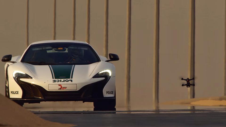 Квадрокоптер устроил гонки с полицейским суперкаром McLaren