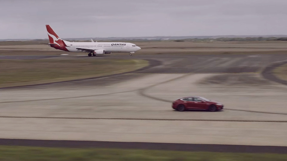 Электромобиль Tesla vsBoeing 737— безумные гонки