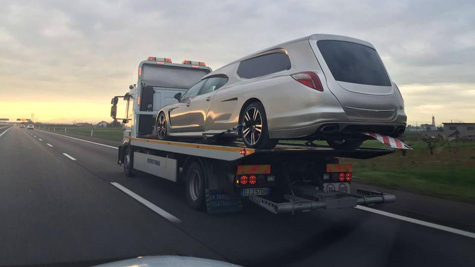 Переделанную машину сфотографировали на автовозе в Италии. Фото 2
