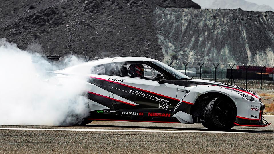 Суперкар проехал в управляемом заносе на скорости 305 километров в час