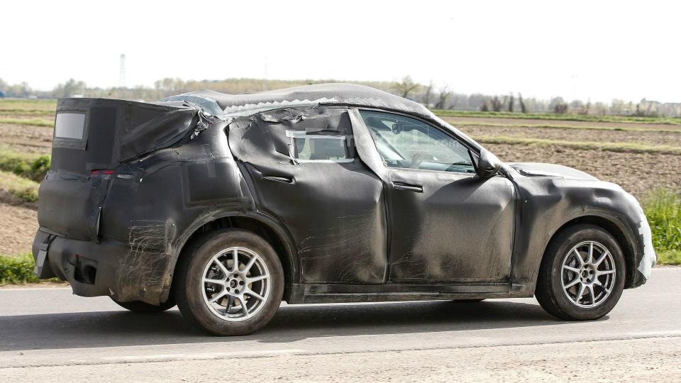 Вседорожник Stelvio заметили на дорожных испытаниях