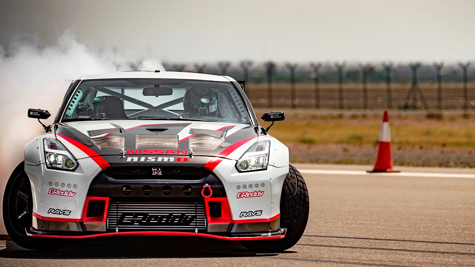 Суперкар GT-R Nismo проехал в скольжении на скорости 305 километров в час