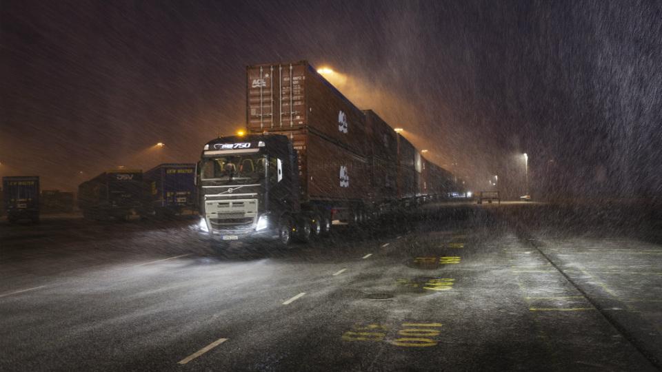 Грузовик Volvo протащил 300-метровый автопоезд массой 750 тонн