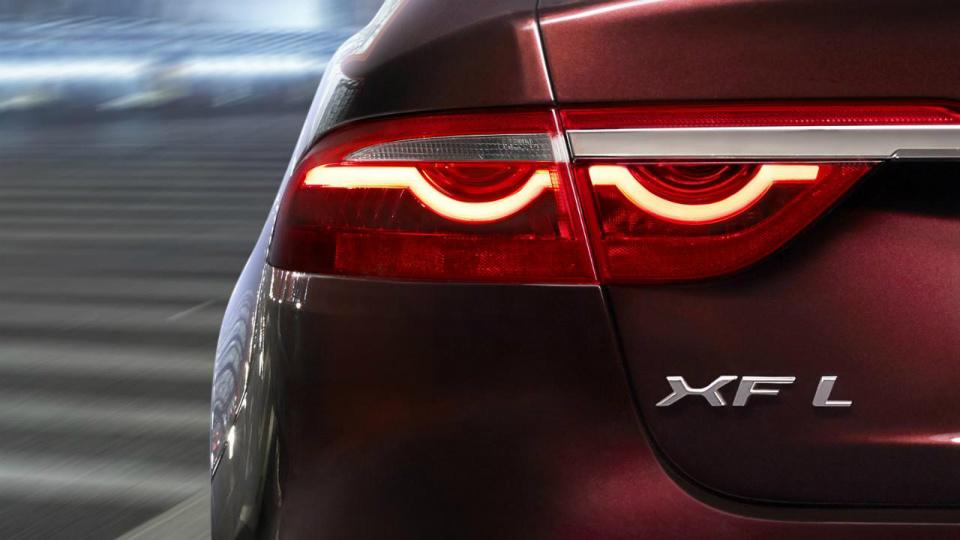 Jaguar показал тизер удлиненного седана XF