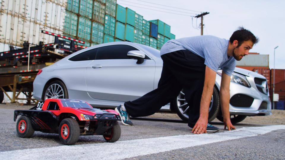 «Мерседес» устроил гонку с паркурщиком и радиуоправляемой машинкой