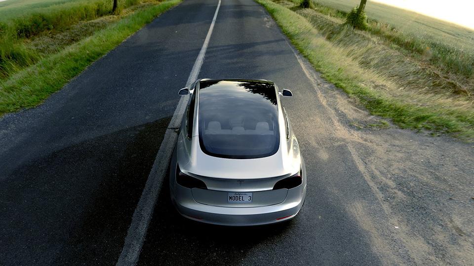 Глава Fiat заявил о готовности «скопировать» Tesla Model 3