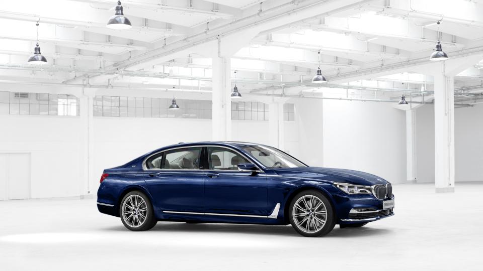 Стала известна российская цена «столетней» BMW 7-Series