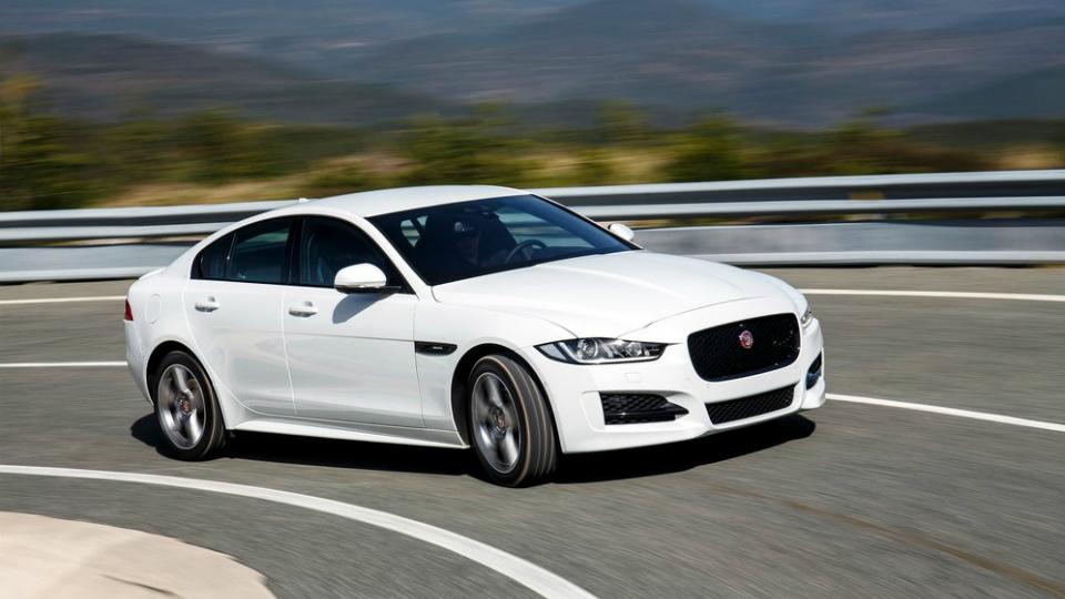 В России отзовут седаны Jaguar XE и XF