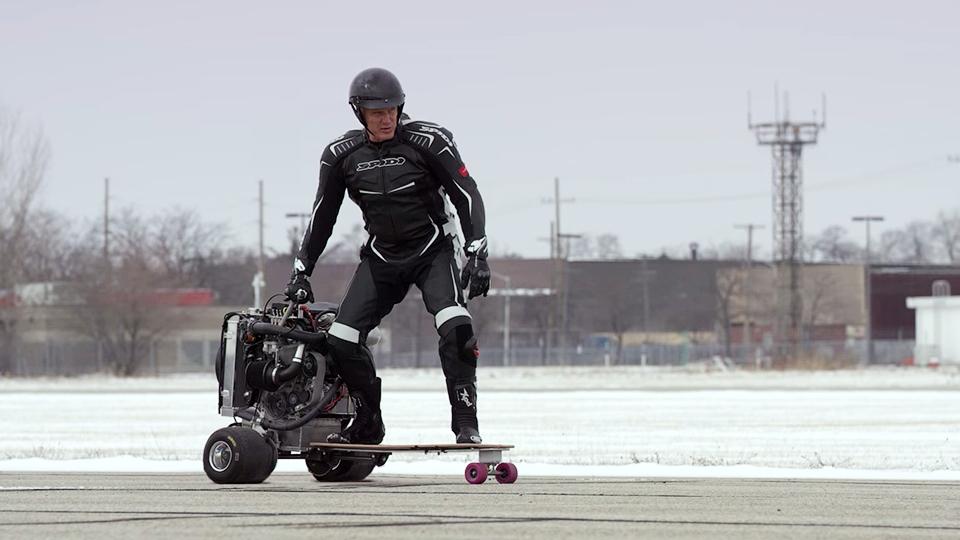 Дольф Лундгрен приделал мотор Ford к скейту и блендеру