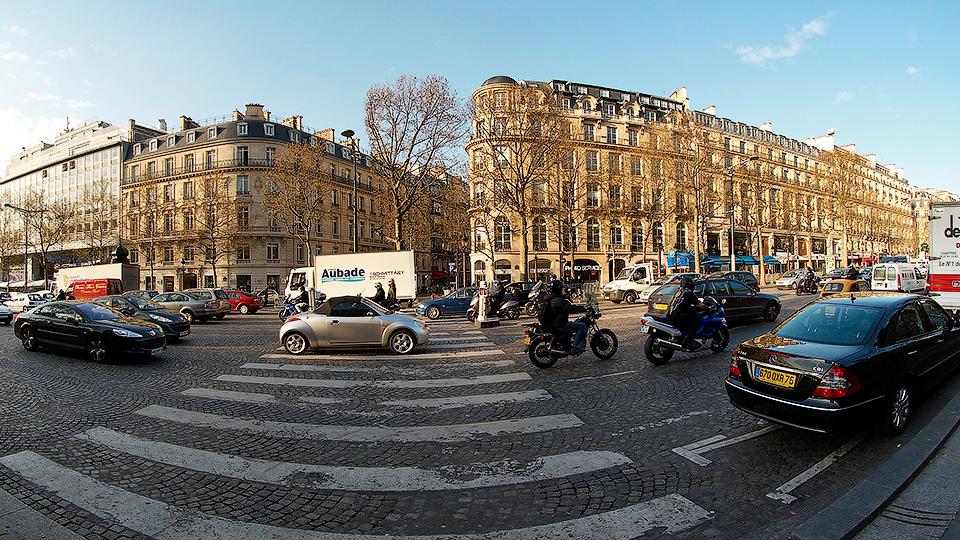 Власти Парижа запретили въезд в город для старого автотранспорта