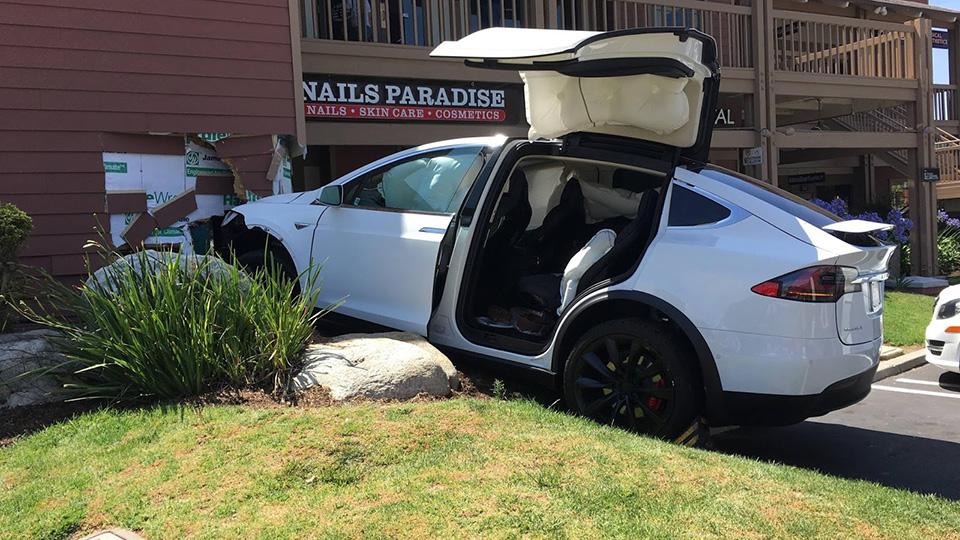 Владелец Tesla Model Xназвал виновником аварии автомобиль