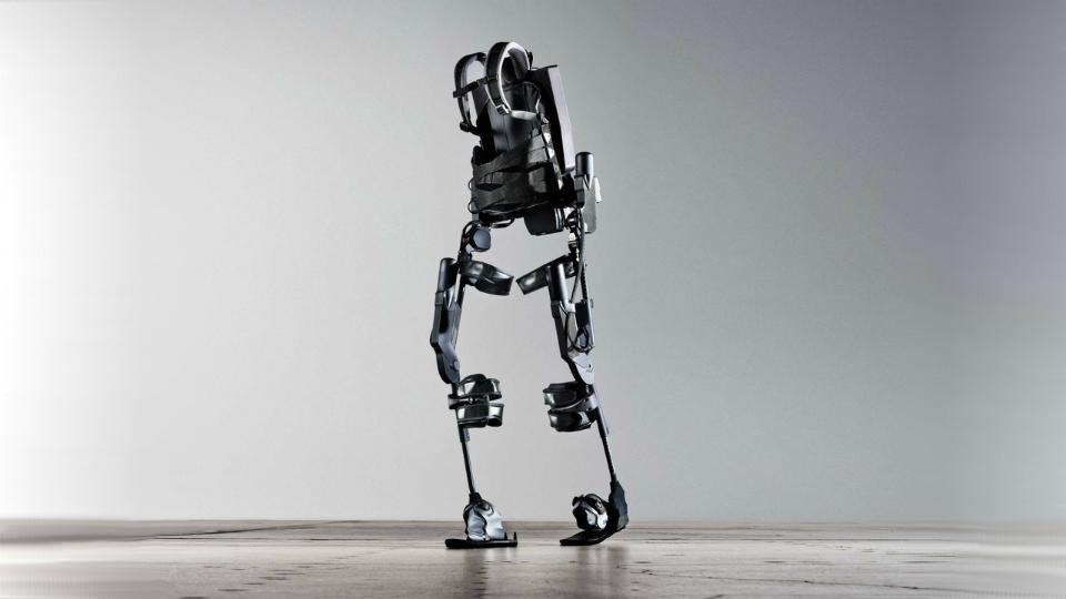 Работники завода BMW начали тестировать экзоскелеты