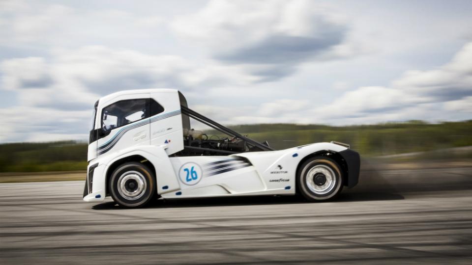 Грузовой автомобиль Вольво побил два мировых рекорда поразгону