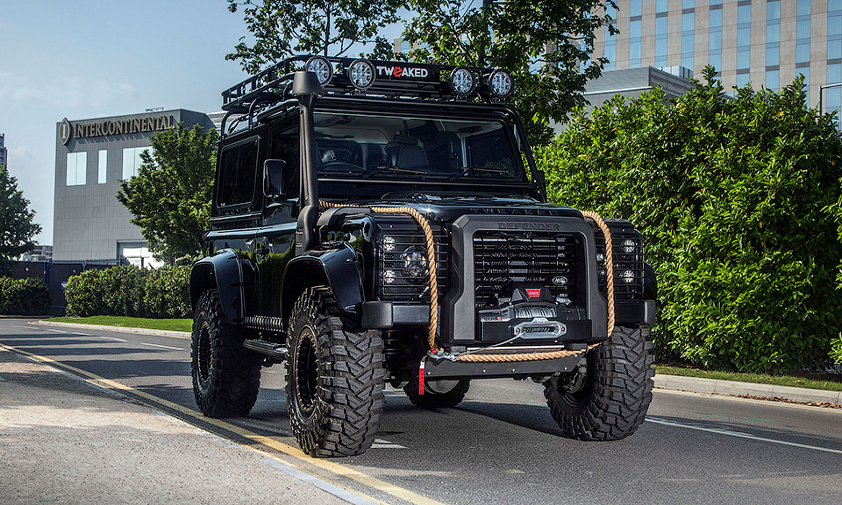 Британцы переделали Land Rover Defender в«машину Бонда»
